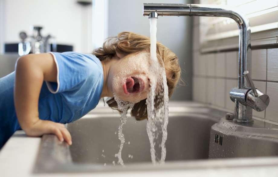 agua beber criança