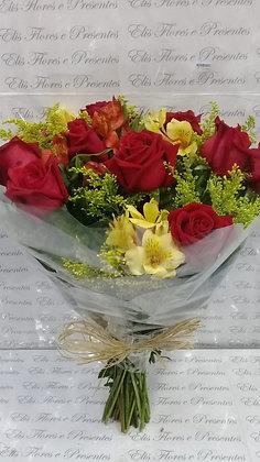 Buquê tradicional 12 rosas com tango, alstroemérias, laço de ráfia