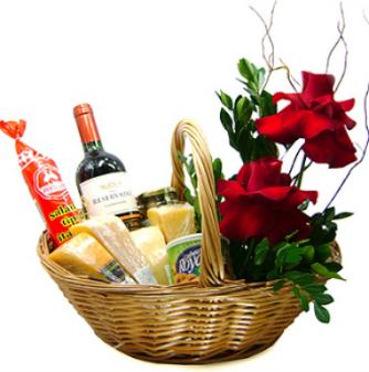 Cesta de queijos e vinhos com rosas importadas
