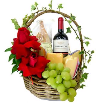 cesta com vinho, rosas  e queijos