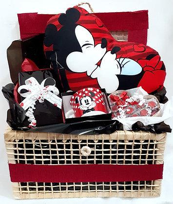 Baú com almofada do Mickey e Minnie se beijando + Caneca e Chocolates
