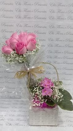 Arranjo 12 rosas + violeta cestinha