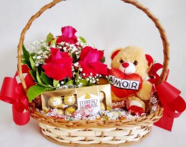 Cestas com pelúcia, chocolates e rosas importadas
