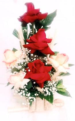 Arranjo no cachepot com 5 rosas e gypso