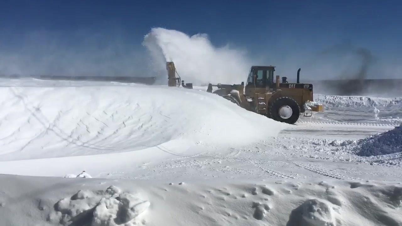 Les travailleurs mettent beaucoup d'heures et d'efforts afin de venir à bout de cette neige