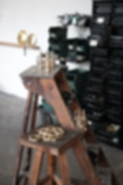 marche pied industriel patine laiton massif pièce industrielle artisanale