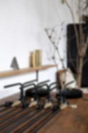atelier interieur design luminaire patine laiton acier tube cintré