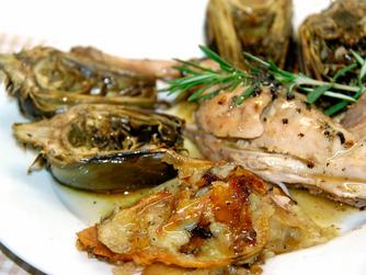 Recetas de temporada: Conejo al horno especiado con alcachofas.