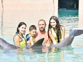 سيرين عبد النور وعائلتها في لحظات خاصة مع الدلافين