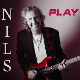 NILS, Play