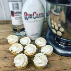 White Russian Vanilla Cupcakes #chicagocakes #chicagocupcakes_#liquorinfused #cupcakecocktails #booz