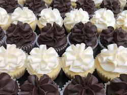 #Madagascar Vanilla #cupcakes and #bourbon #darkchocolate cupcakes, the perfect mix of light and dar