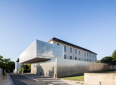 A Bourges : Pharmacie, pôle administratif et Atelier Thérapeutique par Lankry architectes.
