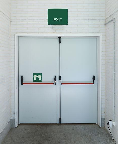 Closed emergency exit door, for quick ev