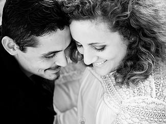 Photographe de couple Fréjus Saint-Raphaël : séance engagement romantique sur la plage