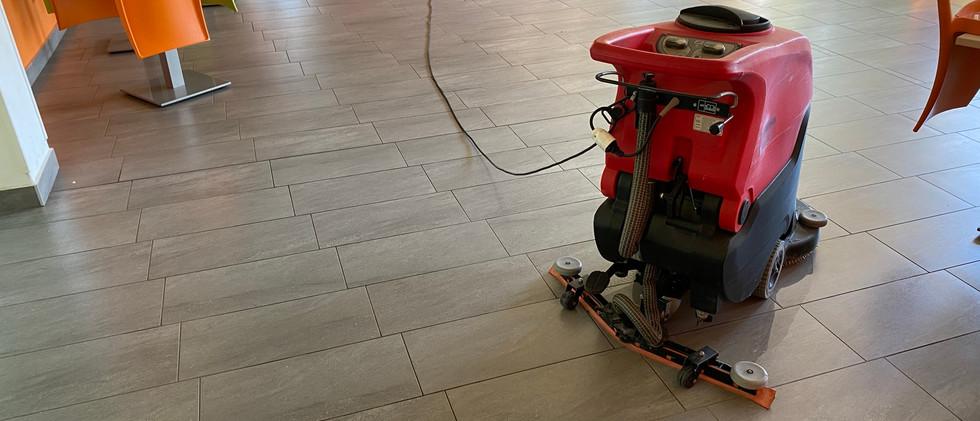 Lavaggio pavimenti con lavasciuga.