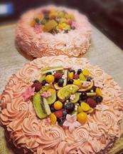 Smörkrämsrosor på tårta