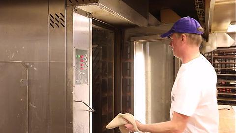 Här ser du hur vi bakar dina semlor i bageriet. Bageri Bivur.