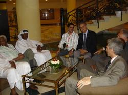 أحمد الغانم مع بعض المشاركين في المؤتمر