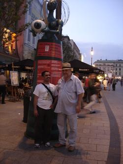 أحمد الغانم مع مدير و مؤسس المهرجان البولندي فيتولد نوك