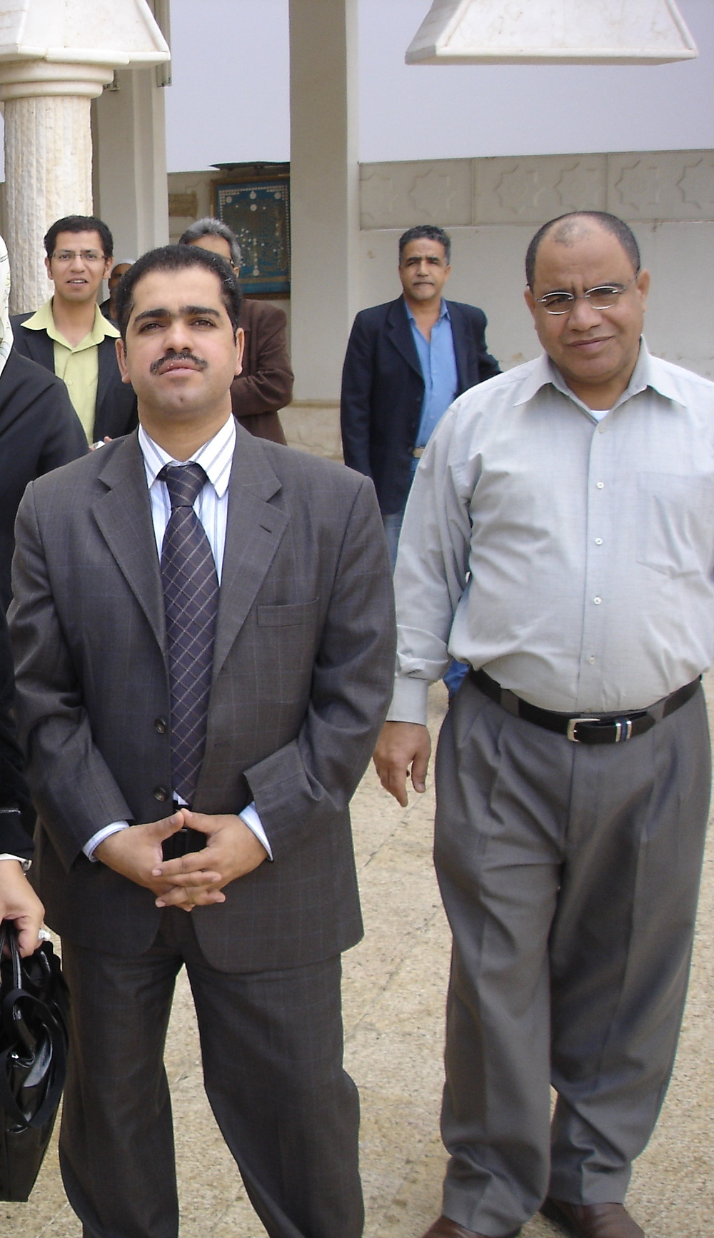 الأستاذ علي الديري على اليمين خلال فعالية أيام ثقافية بحرينية في سورية