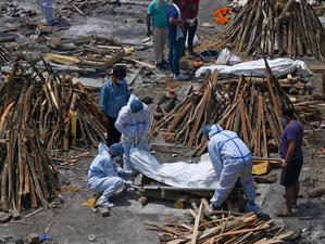 India improvizează crematorii în locurile de parcare, din cauza numărului mare de decese Covid