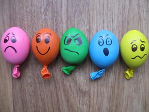 Emoţiile influenţează comportamentele, atitudinile și modul în care gândesc oamenii