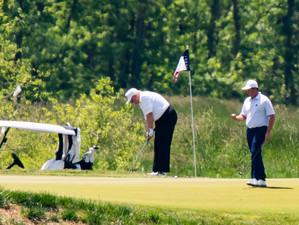 Trump a fost suprins jucând golf după ce în 2014 l-a acuzat pe Barack Obama făcând același lucru în