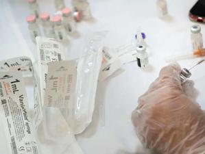 O persoană din Elveția, vaccinată cu serul produs de Pfizer-BioNTech, a murit