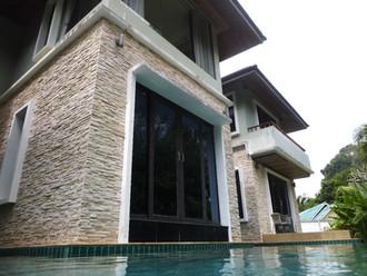 La piscine entourant la villa / Swimming pool around the villa