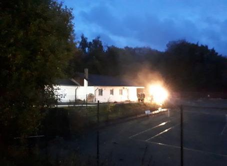 Feuer und Rauch am Sportgelände in Mündersbach