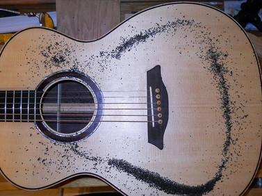OM guitar Chladni pattern, monopole at 166 Hz