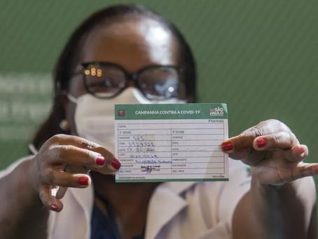 Logo após aprovação da Anvisa, governo de SP aplica em enfermeira a 1ª dose de vacina contra Covid-1