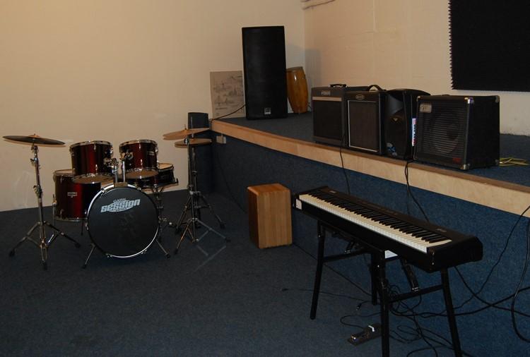 Raum 17, E-Piano, Saxophon etc.