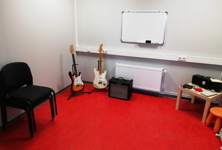 Raum 9, Gitarre, Bass, Geige, etc.