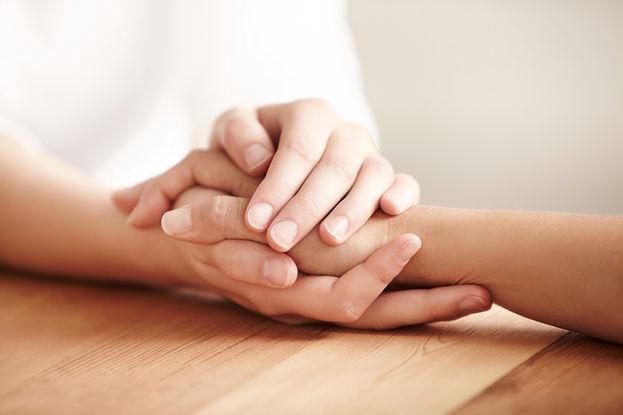 """""""יד אוחזת ביד בשותפות שמאפיינת את התהליך לשיקופ נפפשי והעלאת ביטחון עצמי והגנה עצמית רגשית ב""""בגוף ראשון"""