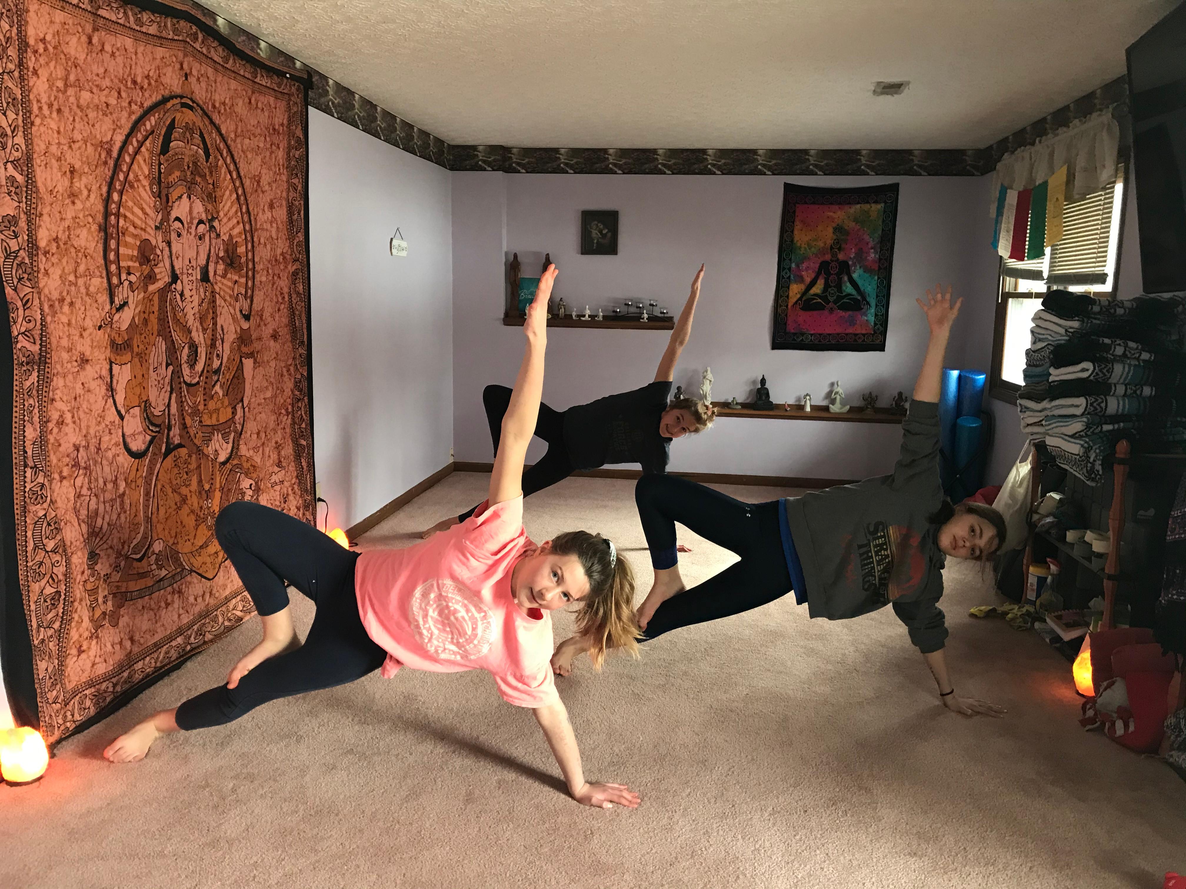 Flow Yoga (Mon 5 p Zoom/onsite)