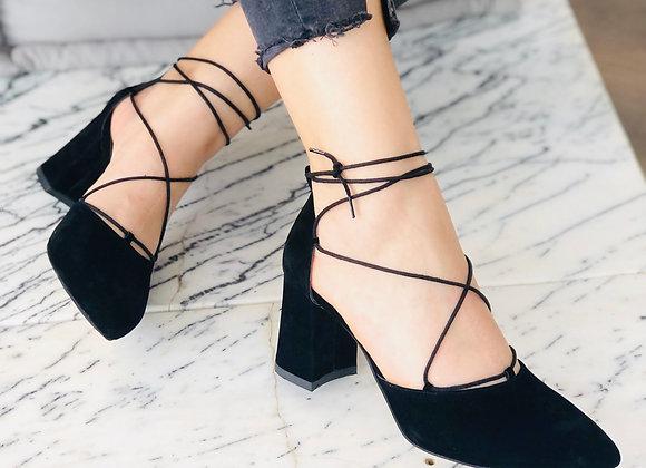 Çapraz Bağcık Detaylı Siyah Süet Topuklu Ayakkabı