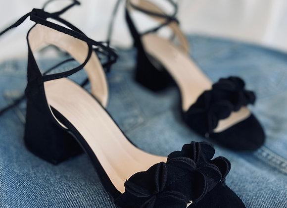 Çiçekli Bağlama Detay Siyah Topuklu Ayakkabı
