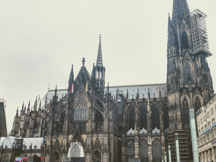 ドイツのケルンでビールを楽しむ。