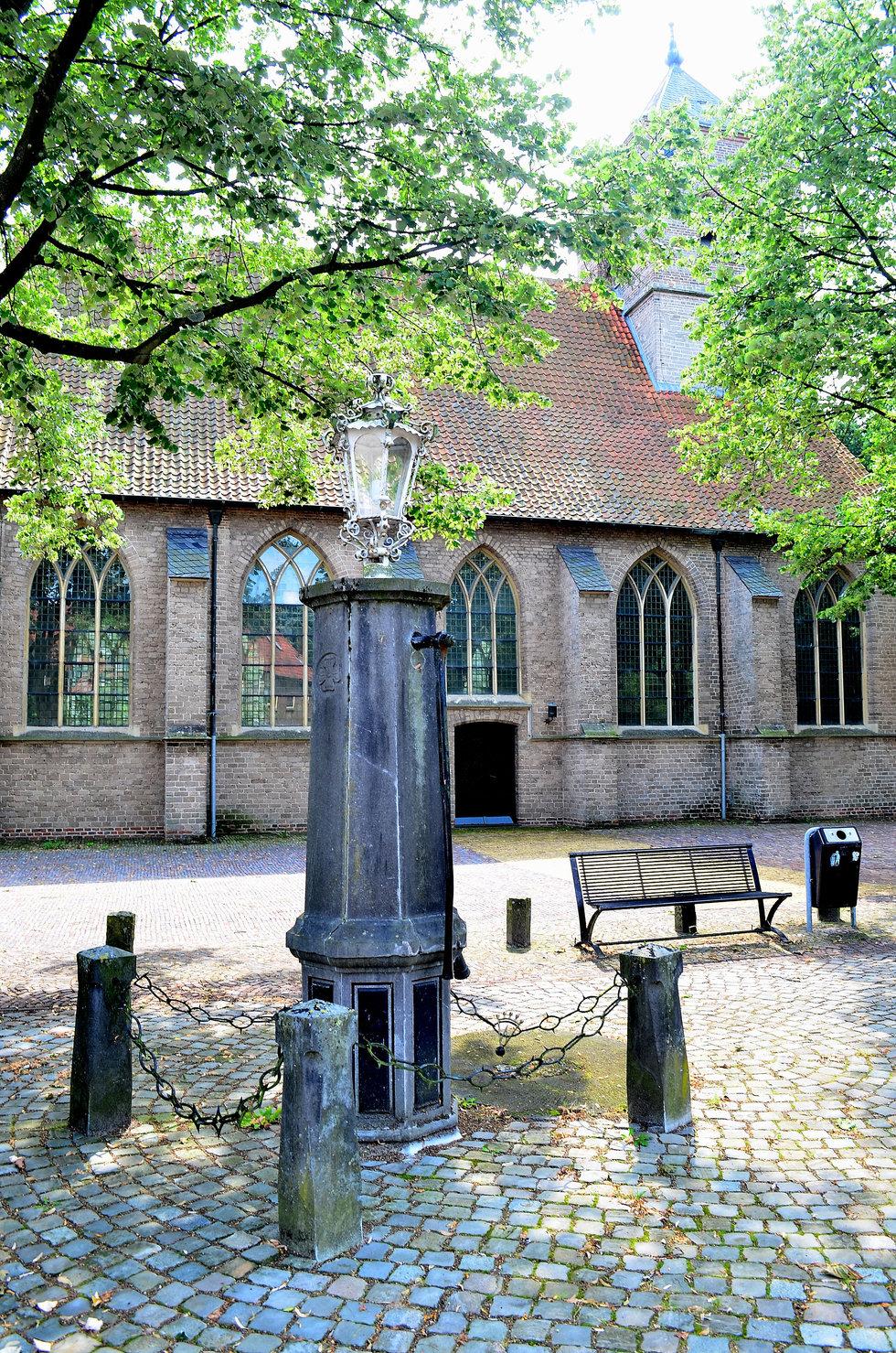 plein naast de kerk