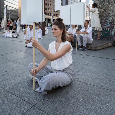 Blank placard dance _Anne Collod / Anna Halprin _Tanz im August
