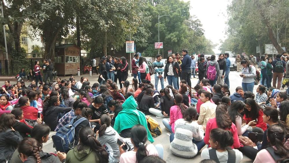 प्रशासन के ख़िलाफ़ धरने पर बैठी छात्राएं