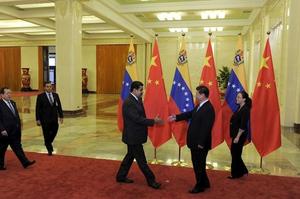 चीनी राष्ट्रपति शी जिनपिंग और वेनेजुएला राष्ट्रपति निकोलस मादुरो हाँथ मिलते हुए
