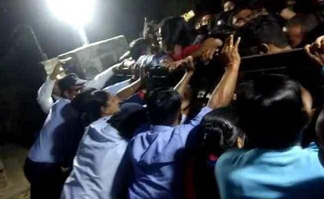 VC के आवास पर विरोध प्रदर्शन करते छात्र
