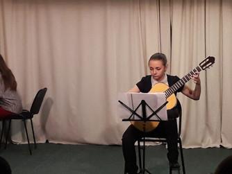 Звучит гитара