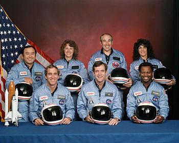 Tripulación del STS-51-L: (fila de delante) Michael J. Smith, Francis Scobee, Ronald McNair; (fila trasera) Ellison Onizuka, Christa McAuliffe, Gregory Jarvis, Judith Resnik.  || Fuente : NASA.