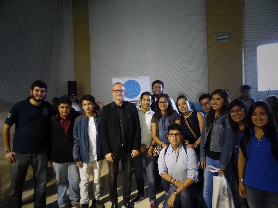 """Miembros de la AAET con Horst Hörtner Especialista en la combinación Arte-Ciencia y colaborador de proyectos tecnológicos como el primer coche autónomo (F015). Su proyecto """"Drone 100"""", en conjunto con Intel, elevó 100 drones de manera autónoma al ritmo de una sinfonía."""