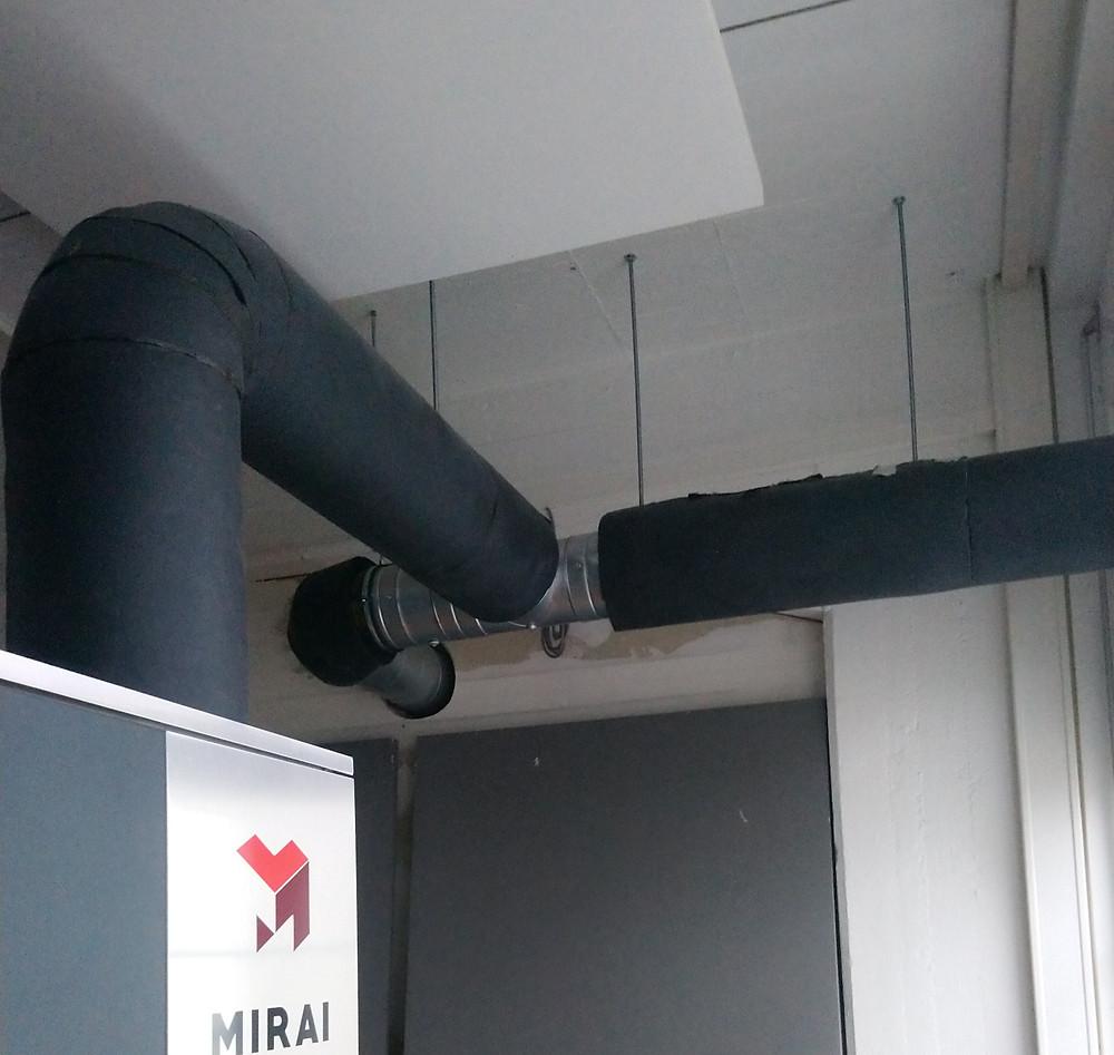 Abluftleitung im Maschinenraum. Realisiert durch eine T-Kreuzung der Abluft im Maschinenraum. Ein Ausgang ist nach draußen der andere durch die Wand in die Lounge.