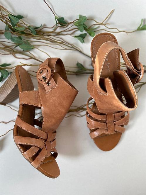 Sandales de cuir tan talons carré